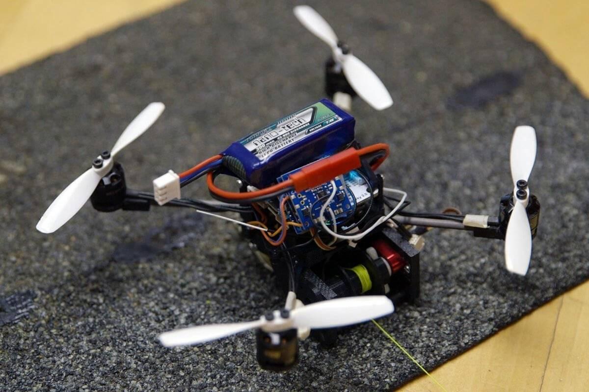 I micro-droni in grado di sollevare oggetti grandi 40 volte il loro peso