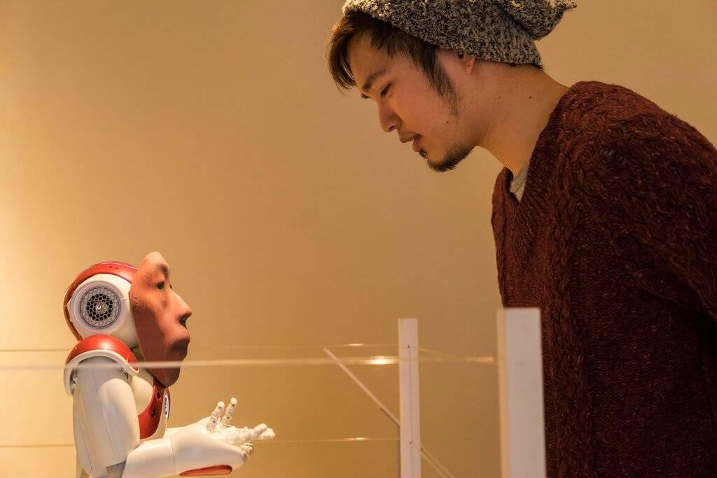 Un modo tutto giapponese di elaborare il lutto: vivere con un robot che ha il viso del defunto